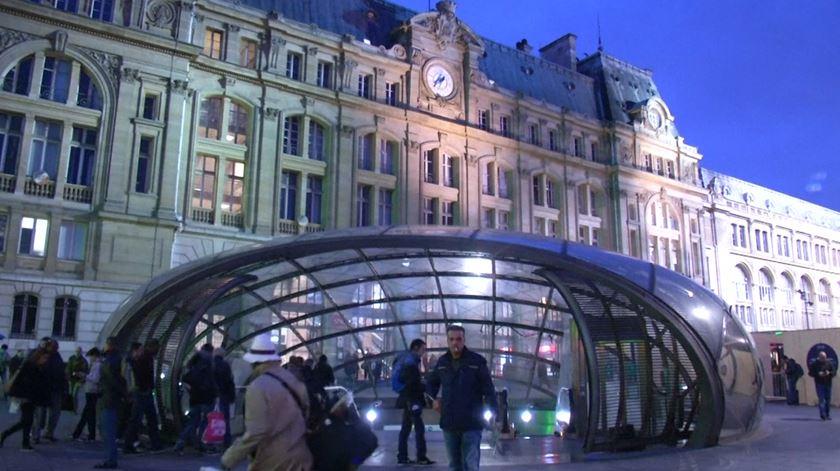 Paris tenta regressar à normalidade