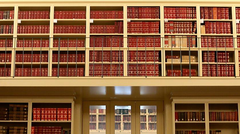 """Os livros e outros objectos são como as pessoas - adaptam-se. Os da biblioteca da Alfândega estão habituados a índices de humidade superior ao que seria """"ideal"""". Foto: RR"""