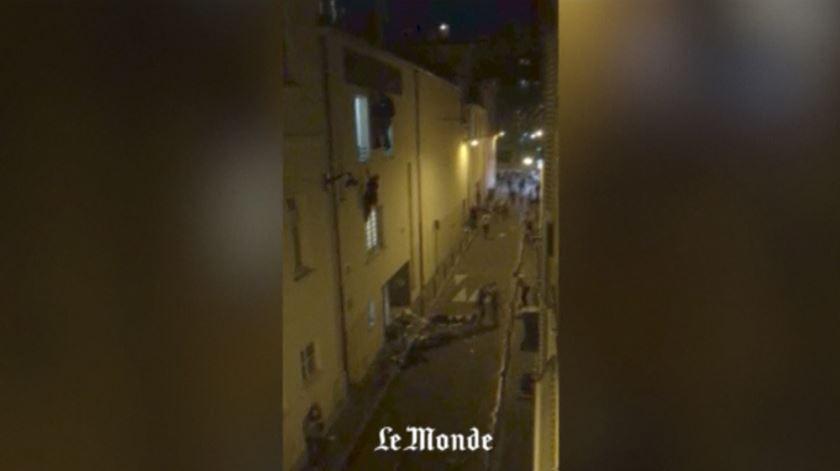 Vídeo mostra pessoas desesperadas a fugir do Bataclan