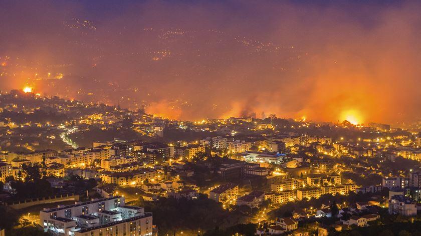 Fogo propagou-se das zonas altas para a baixa da cidade. Foto: Gregório Cunha/Lusa