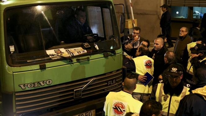 Piquete de greve bloqueou saída de camiões do lixo em Lisboa