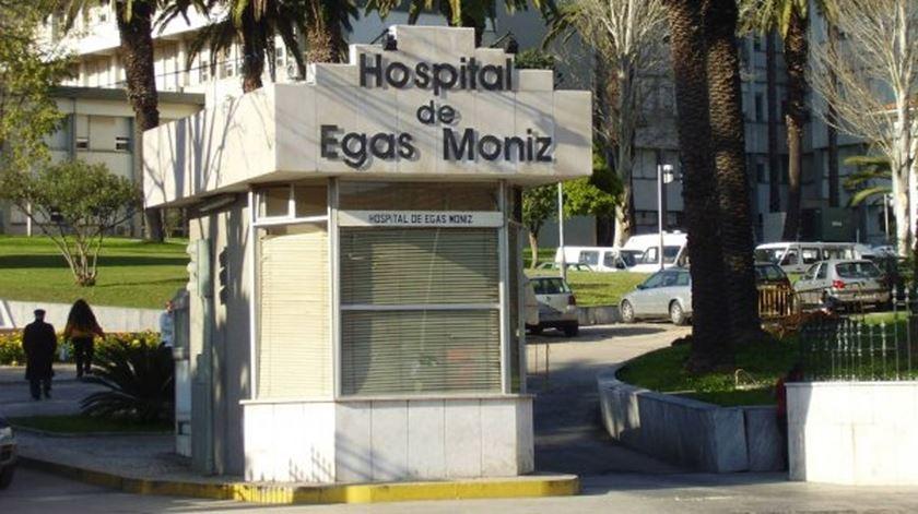 Covid-19. Surto no hospital Egas Moniz infeta 11 profissionais e obriga a transferir doentes