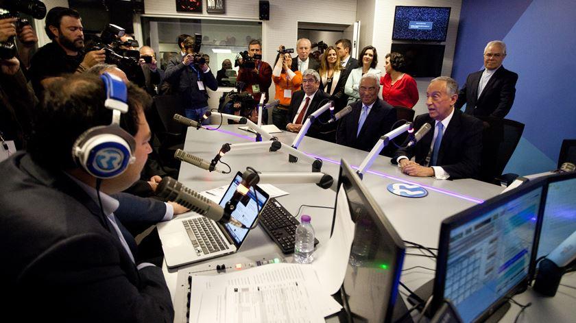 Quantas figuras de Estado cabem num estúdio de rádio? Momento inédito na nova casa da Renascença