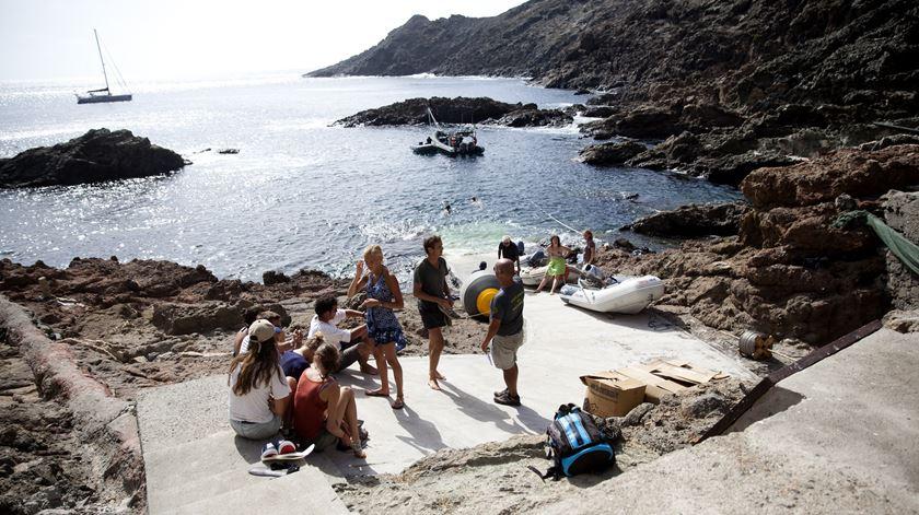 Dois grupos de turistas franceses visitaram a ilha no mesmo dia