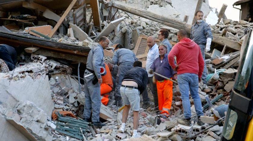 Sismo em Itália. Há dezenas de mortos e inúmeras pessoas debaixo dos escombros