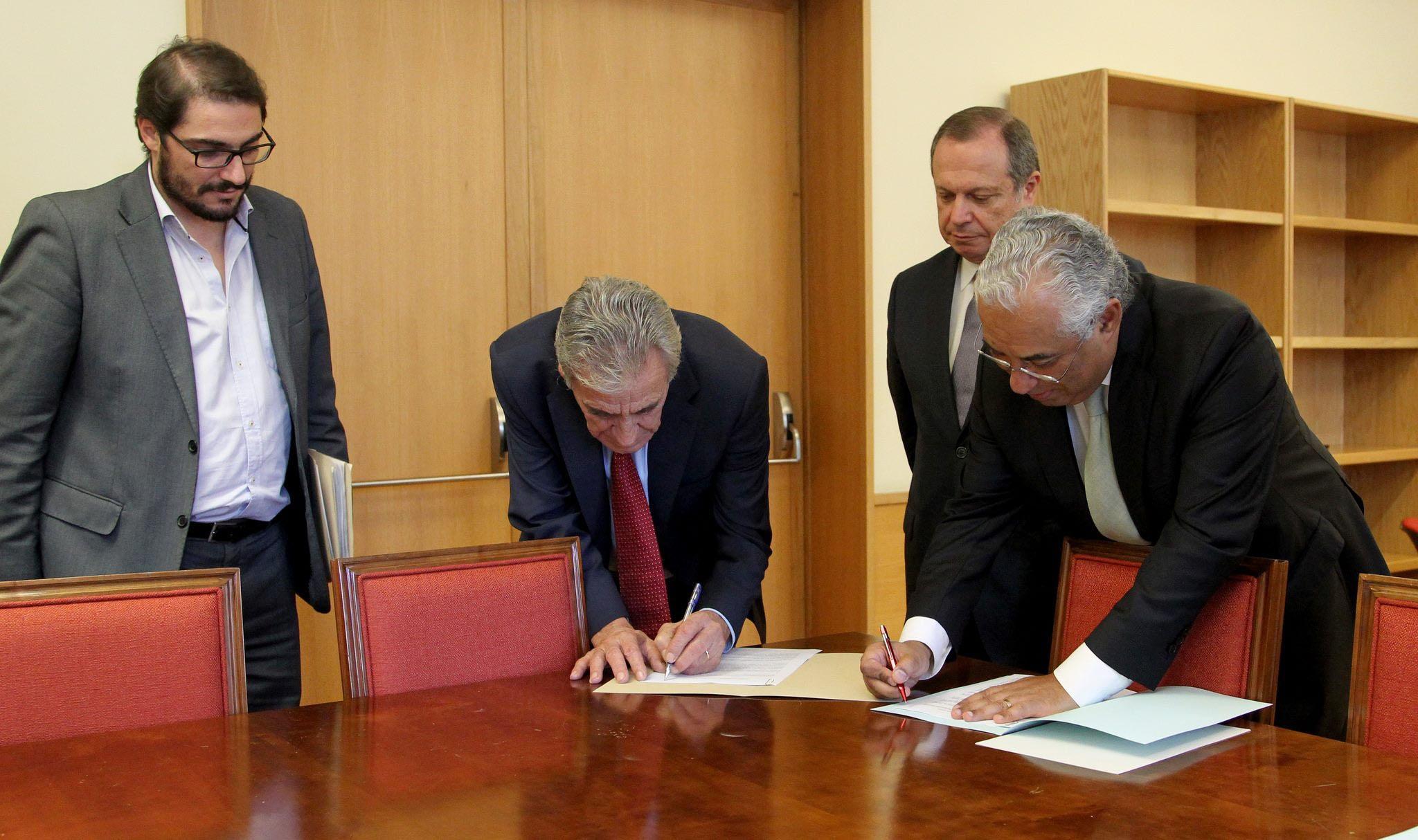 Resultado de imagen de acordo governo pcp psp Antonio Costa
