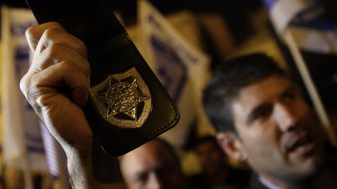 """Cinco mil polícias gritaram """"gatunos, gatunos"""" frente ao Parlamento"""
