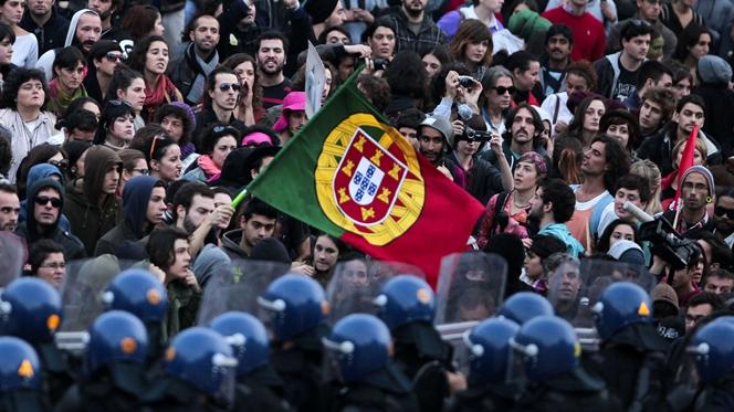 Quase que duplicou o número de pessoas que saíram de Portugal