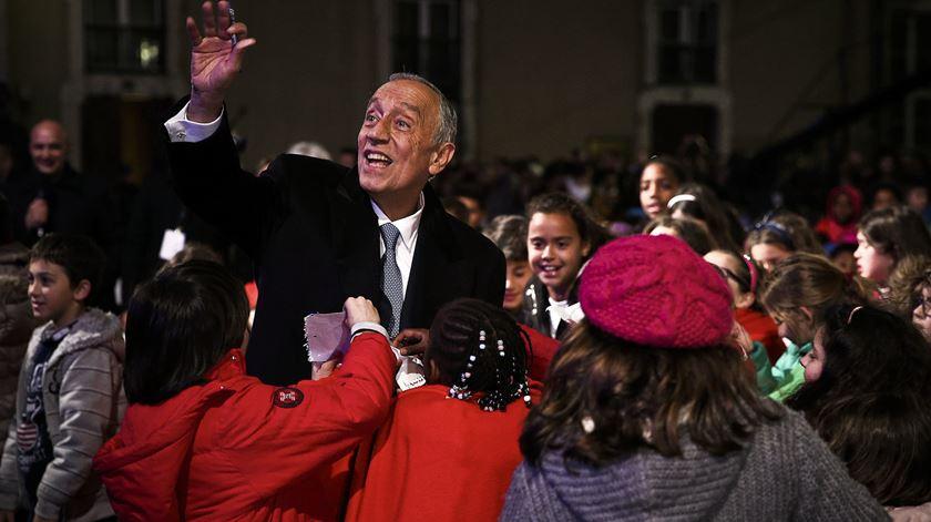 """""""Portugal está bem entregue"""". Marcelo acaba o dia rodeado de crianças e música"""