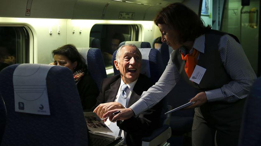 O candidato escolheu o comboio para viajar até ao Porto, para os últimos dias de campanha