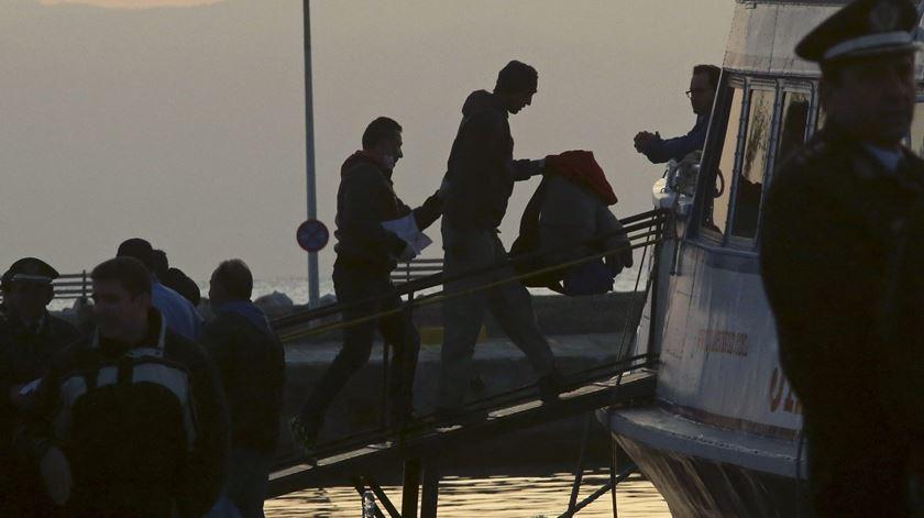 Nações Unidas pedem a países mediterrâneos que recebam dois navios com 49 imigrantes