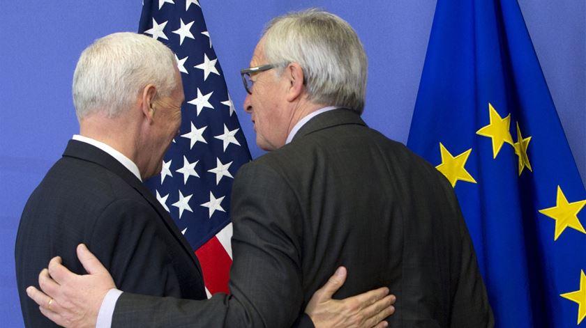 Pence veio redefinir relações EUA-UE