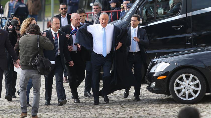 """Marcelo """"fura"""" protocolo e chega a pé ao Parlamento"""