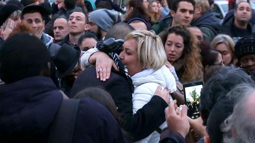 """""""Se confias em mim, abraça-me"""". Muçulmano oferece abraços em Paris"""
