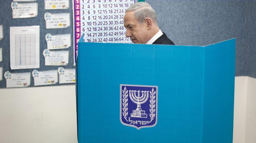"""A continuidade de um """"Bibi"""" acossado pela corrupção ou a """"esquerda, volver"""" do general Gantz? Israel decide"""