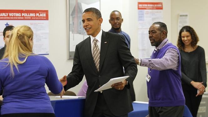 Obama antecipa o voto e comparece nas urnas em Chicago