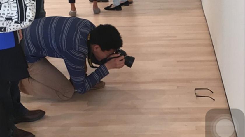 Foto  Twitter Foto  Twitter. Um par de óculos deixado numa sala do Museu de  Arte Moderna de São Francisco, nos Estados Unidos, foi confundido com uma  obra ... 347edba52b