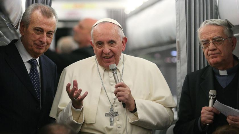 O Papa no avião, a conversar com jornalistas. Foto: EPA/Alessandro di Meo