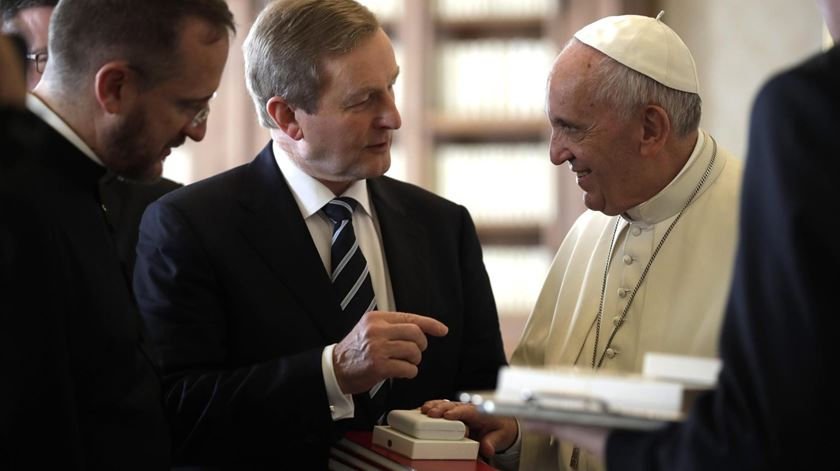 Papa Francisco com o primeiro-ministro irlandês, Enda Kenny. Foto: Alessandra Tarantino/EPA