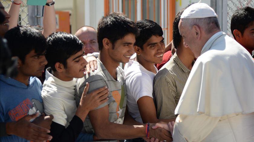 """Papa foi a Lesbos travar """"operação cosmética"""" para varrer os refugiados"""