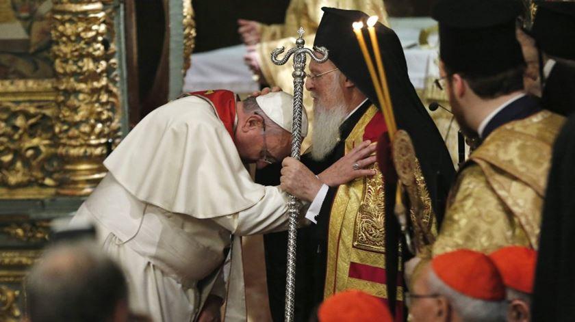 O Papa Francisco e o Patriarca Bartolomeu. Foto: EPA