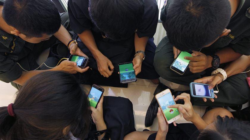 Uso excessivo de telemóvel e redes sociais faz aumentar problemas mentais entre jovens