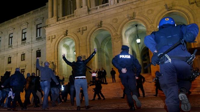 Polícias invadiram a escadaria do Parlamento