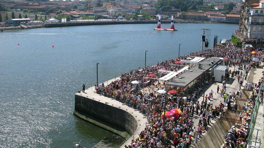 Em 2007 e 2009, foram milhares os espectadores que se juntaram nas margens de Porto e Gaia. Foto: Raul Santos/RR