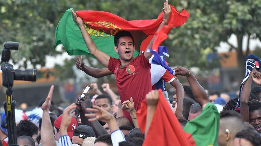 """""""Isto é magia"""". Adeptos portugueses enchem as ruas da cidade luz"""