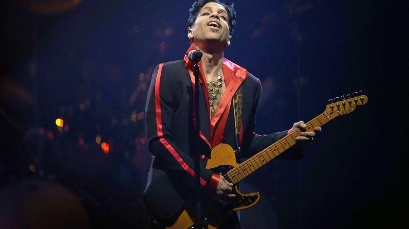 """Prince. O """"Peter Pan multifacetado"""" que marcou a cultura pop do século XX"""