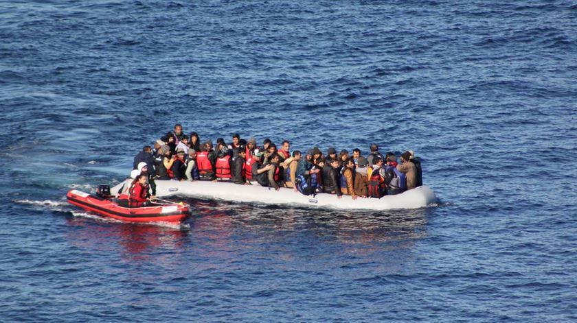 A lancha Red Mist em auxílio a refugiados ao largo da ilha de Lesbos, na Grécia. Foto: DR