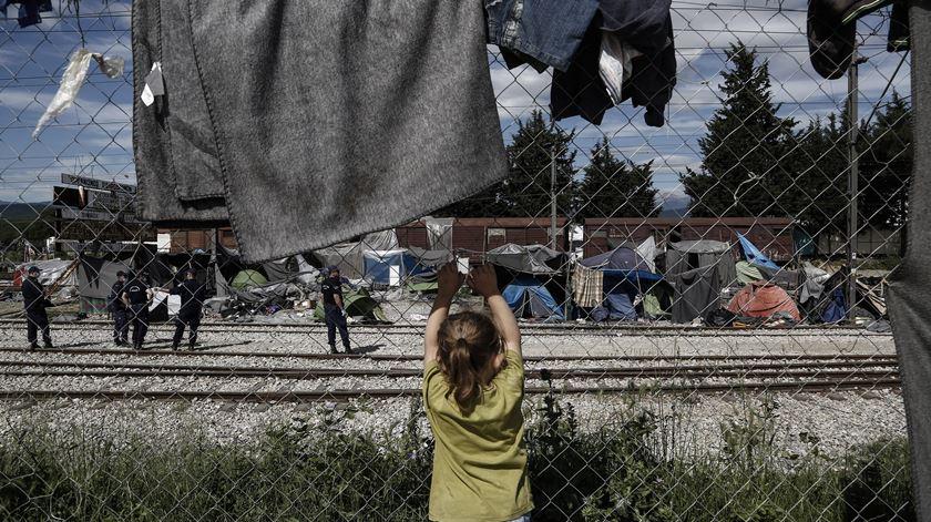 """Alerta da Amnistia Internacional. Há 60 mil refugiados em condições """"terríveis"""" na Grécia"""