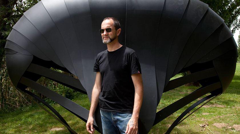 Rui Chafes, em 2012, junto uma obra sua no Parque de Escultura Contemporânea do Almorol. Foto: Paulo Cunha/Lusa