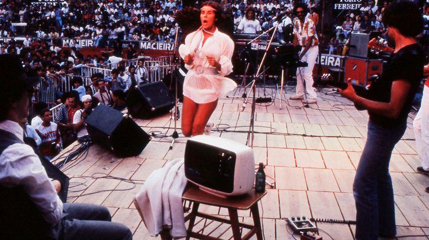 Com os Salada de Frutas, na festa do jornal Se7e, em Julho de 1981. A primeira vez que apareceu no palco com uma minissaia