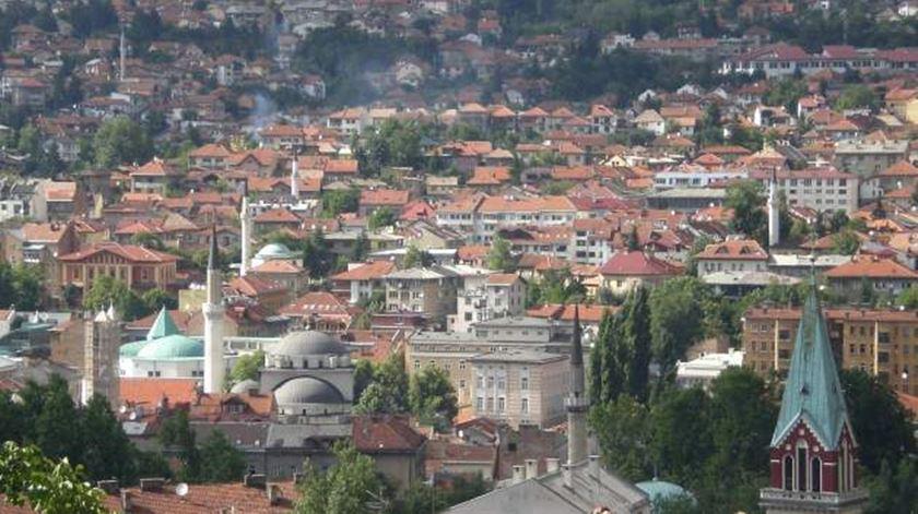 Mesquites e igrejas lado-a-lado em Sarajevo. Mas católicos sentem-se cada vez mais discriminados. Foto: DR