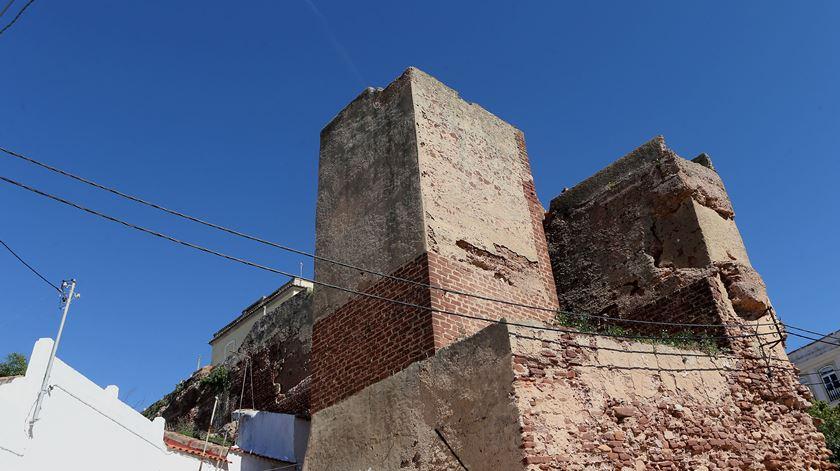 Muralha de Silves em risco de derrocada. Câmara não tem dinheiro para as obras