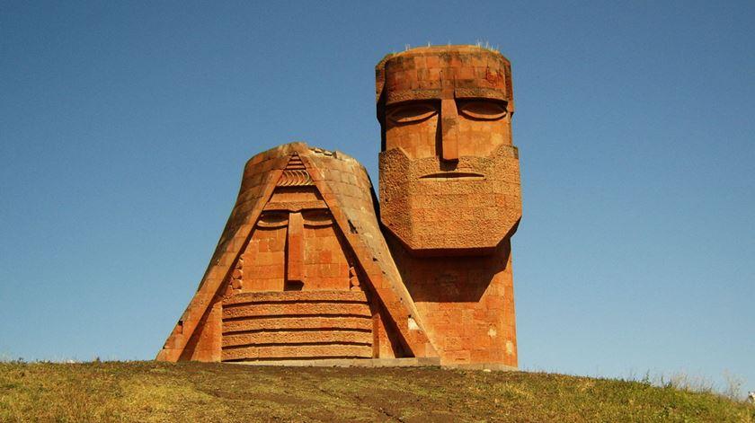 Montanhas de Karabakh de olhos postos no Papa