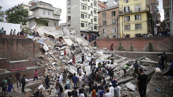 Terramoto faz milhares de mortos no Nepal e deixa alpinistas presos no Evereste