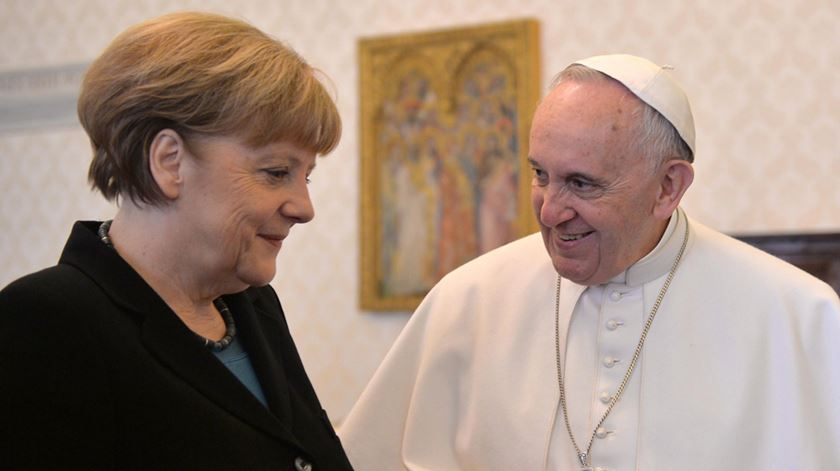 Angela Merkel conversa com o Papa sobre a pandemia no mundo